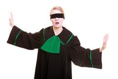 Frauenrechtsanwaltrechtsanwalt im polnischen schwarzen grünen Kleid mit Augenbinde Stockfotos