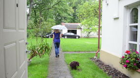 Frauenregen-Regenschirmauto stock video footage