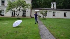 Frauenregenschirm-Lächelndrehbeschleunigung stock footage
