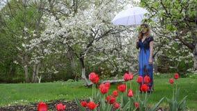 Frauenregenschirmgarten stock video footage