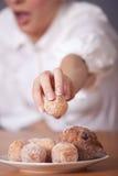 Frauenreichweiten für Zuckerkuchen lizenzfreies stockbild