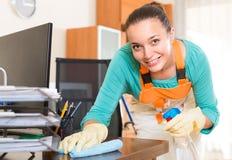 Frauenreinigung im Büro Stockbilder