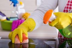 Frauenreinigung mit Schwamm und flüssigem Reinigungsmittel Lizenzfreie Stockbilder