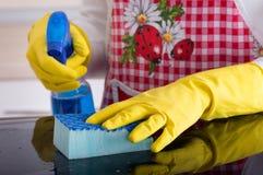 Frauenreinigung mit Schwamm und flüssigem Reinigungsmittel Stockfoto