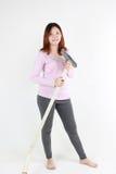 Frauenreinigung mit Staubsauger Stockbild