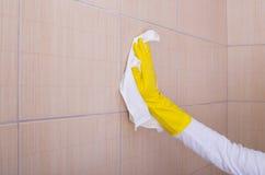 Frauenreinigungs-Badezimmerfliesen Stockbild