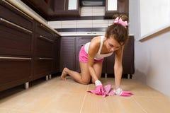 Frauenreinigungs-Küchefußboden lizenzfreie stockfotos