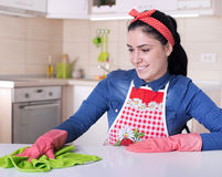 Frauenreinigungs-Küchenmöbel Stockfoto