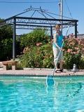 Frauenreinigungs-Swimmingpool stockbilder