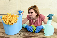 Frauenreinigungs-Wohnzimmertabelle mit Stoff und Sprühflasche ermüdete im Druck stockfotografie