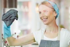 Frauenreinigungsfenster zu Hause Lizenzfreie Stockfotos