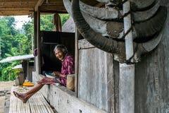 Frauenreinigungskaffee in traditionellem Dorf Bena stockfoto