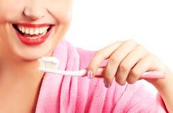 Frauenreinigungszähne Stockfoto