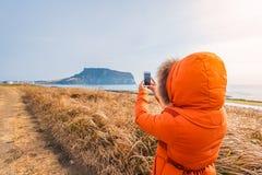 Frauenreise bei Seongsan Ilchulbong, Jeju-Insel, Südkorea Lizenzfreie Stockfotografie
