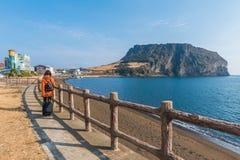 Frauenreise bei Seongsan Ilchulbong, Jeju-Insel, Südkorea Lizenzfreie Stockfotos