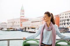 Frauenreise durch vaporetto in Venedig, Italien lizenzfreie stockfotografie