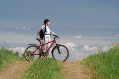 Frauenreise mit Fahrrad Stockfoto