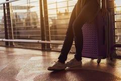 Frauenreisend-Warteflugzeug nach der Buchung des Kartenfluges am Flughafen lizenzfreie stockbilder