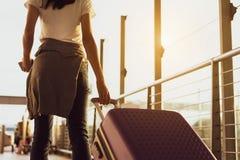 Frauenreisend-Warteflugzeug nach der Buchung des Kartenfluges am Flughafen stockfoto