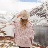 Frauenreisender auf dem Hintergrund von einem Gebirgssee stockbild
