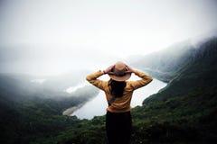 Frauenreisender in Azoren stockfotos