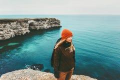 Frauenreisender, der über Meer geht Stockbild