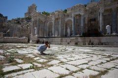 Frauenreisender, der Agora an der alten Stadt von Sagalassp fotografiert stockfotografie