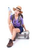 Frauenreisender, der auf Koffer sitzt Stockbilder