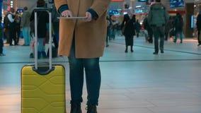 Frauenreisender, der Auflage am Flughafen verwendet stock footage