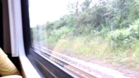 Frauenreisender, der durch Zug sitzt stock footage