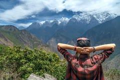 Frauenreisender ist Genießen der schönen Ansicht der Berge lizenzfreie stockfotografie