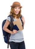 Frauenreisender mit dem Halten des Rucksacks und des Passes Lizenzfreie Stockbilder