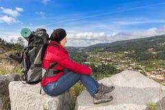 Frauenreisender mit einem Rucksackstillstehen Stockbild