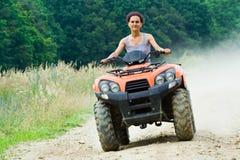 Frauenreiten ATV Stockfoto
