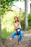 Frauenreiten auf einer Ziplinie lizenzfreie stockfotos