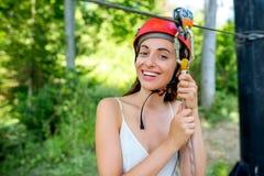 Frauenreiten auf einer Ziplinie stockfotografie