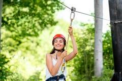 Frauenreiten auf einer Ziplinie stockbild