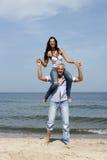 Frauenreiten auf Schultern des Mannes Stockbilder