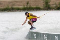 Frauenreiten ihr wakeboard Stockbild
