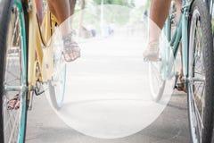 Frauenreiten und -reise durch Stadtfahrräder Stockbilder