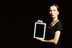 Frauenretrostil, der Tablette zeigt Stockbild