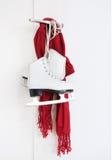 Frauenrochen und roter Schal Stockfoto
