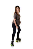 Frauenrollschuhlaufen seitlich auf Viererkabelrochen Stockbild