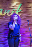 Frauensänger, der in Irkutsk, Russische Föderation singt Stockfoto