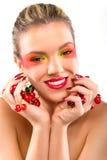 Frauenschönheit mit Kirschen Lizenzfreie Stockfotos