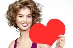 Frauenschönheit mit roter Herzvalentinsgruß ` s Liebe lizenzfreie stockfotos