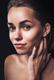 Frauenschönheits-Porträtabschluß herauf weiblichen Gesichtsdunkelheitszauber lizenzfreie stockfotografie