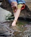 Frauenschönheitsbeine im Wasser Stockbilder