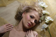 Frauenschönheitsgesicht mit Blume Stockfoto