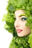 Frauenschönheitsgesicht mit grünem frischem Kopfsalat verlässt stockfotos